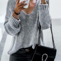 Пуловер в светло сиво с бод деколте